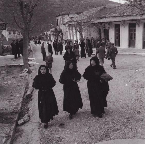 Κυριακή γιά εκκλησία Καρυά 1958 τελη Μάρτη  [Φωτογραφία Δ.Χαρισιάδης, Λευκάδα, 1958 / Photo by D. Harrisiadis, Lefkada 1958]