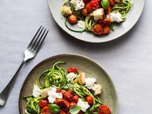 Spaghetti de courgette au pesto, tomates rôties, mozzarella et croûtons • Hellocoton.fr