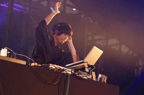 DJをする川上洋平
