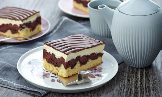 Ein fruchtiger Kuchen vom Blech mit Kirschen, Buttercreme und Schokolade