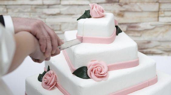 Selbst gemacht ist eben doch am schönsten: Eine Hochzeitstorte wird besonders individuell, wenn Sie sie selbst herstellen. Mit dem folgenden Rezept gelingt das festliche Dessert ohne größere Schwierigkeiten. Zwei Tage Zeit sollten Sie einplanen, d...