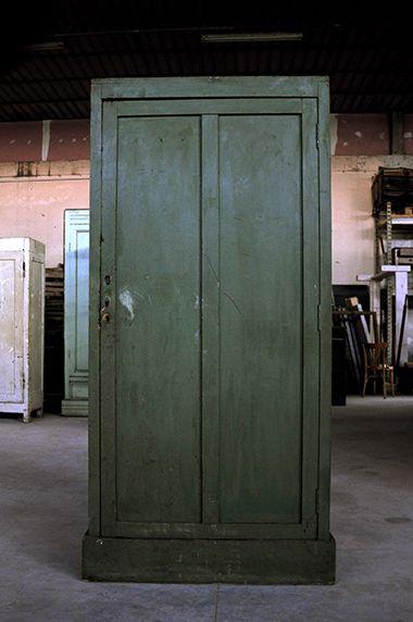 Interior design recupero mobile ad una anta con ripiani ed appendi abito interno. materiale legno colore verde dimensione: 90 cm x 42 cm x h 190 cm SESTINI E CORTI