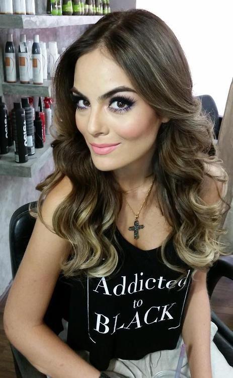 Ximena Navarrete cabello y makeup