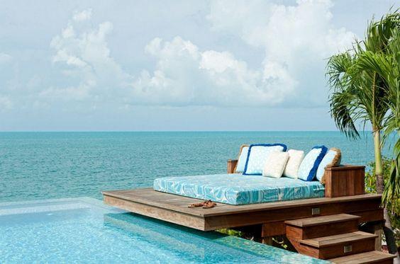 minimalistisches outdoor bett patio bunte auflage dekokissen garten