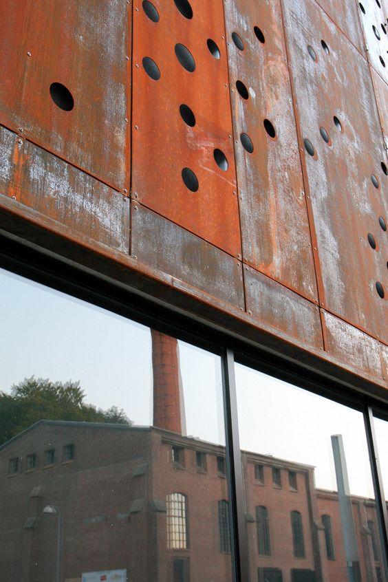 orange Cortenstahlplatten und graue Bausteine kombiniert