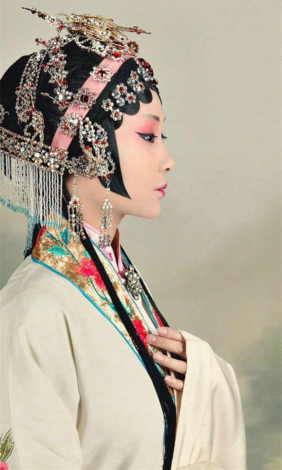 Авере Верхаген - избрах този щифт, защото китайците обичат да носят всички тези фантастични облекла.  Китайска мода
