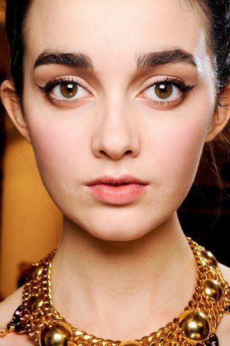 Wer nach Make-up Ideen für braune Augen sucht, hat die Qual der Wahl. Nach der Farbenlehre ist Braun eine Mischung der Primärfarben - das bedeutet auch beim Make-up: Es gibt unglaublich viele Kombinationsmöglichkeiten...