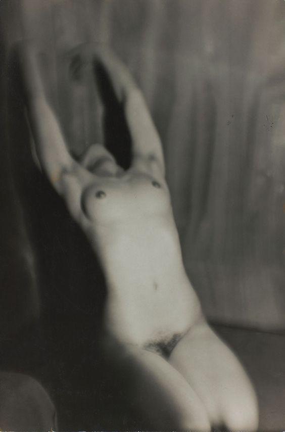 """Activiste, voyageuse, engagéeGermaine Krullest avant tout libre. Celle que Man Ray décrivait comme son égale et ses amis le """"chien fou"""" est un aventurière qui traverse les avant-gardes telle une météorite (sa carrière est courte et elle quitte tout pour devenir la gérante du mythique Oriental à Bangkok en 1946). De Munich,Berlin, Amsterdam et enfin Paris où elle se pose c'est son esprit fantasque qui commande et dès son adolescence """"aux moeurs très libres"""" comme le souligne Michel Frizot…"""