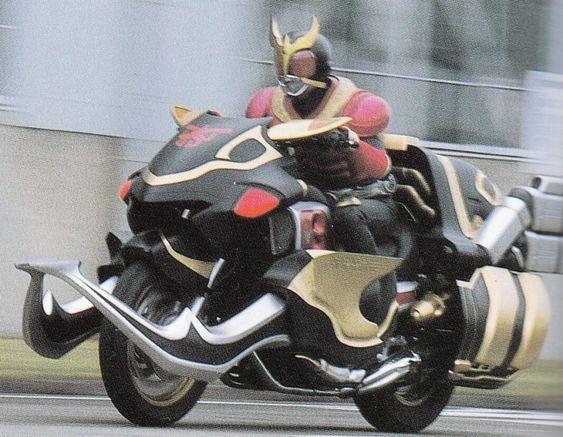 バイクで走る仮面ライダークウガの壁紙