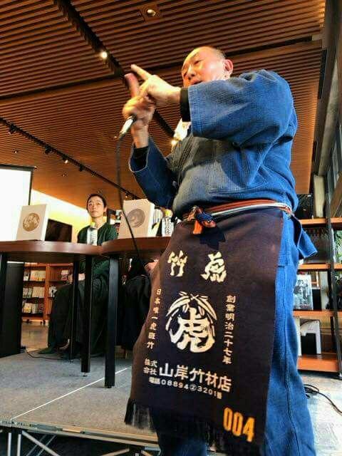 今日のトークショーは最前列に岸本栄司塾長 新保吉伸さんの京都二