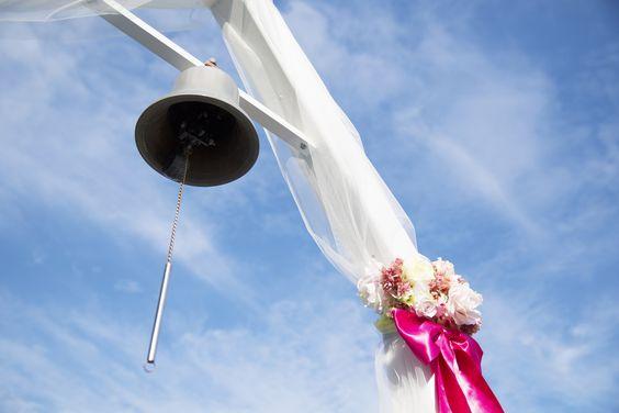 チャペル挙式後に幸せの鐘を鳴らしてバルーンリリース。 後にシャンパンパーティーでゲストと楽しいひとときをすごせます。