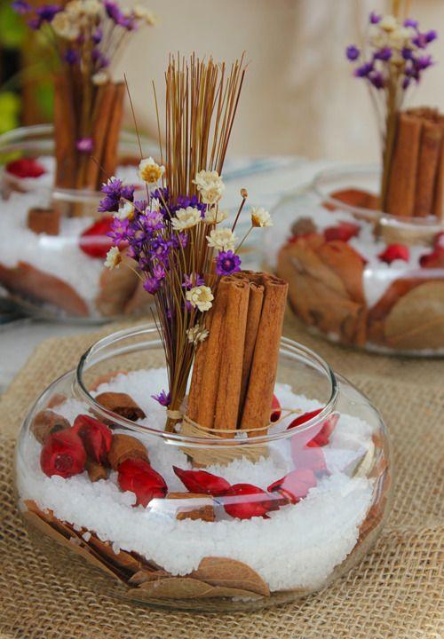 enfeite com sal grosso, canela e flores