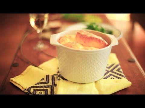 Käse Souffle - wie man ein klassisches französisches Käsesouffle selber macht zeigt unser Video. Toll als Vorspeise für ein feines Essen. Das Rezept zum Video gibts auf Allrecipes Deutschland http://de.allrecipes.com/rezept/14651/k-se-souffl-.aspx