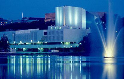 Finlandia House, Helsinki  Finlandia Halle. Die von Alvar Aalto entworfene Mehrzweckhalle wurde zwischen 1967 und 1971 gebaut. Der Kongressflügel wurde 1973-75 hinzugefügt. Hier fanden verschiedene internationale Kongresse statt und es wurde 1975 die Schlussakte der KSZE (Konferenz für Sicherheit und Zusammenarbeit in Europa) hier unterzeichnet.