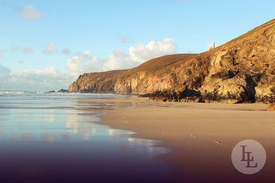 Drei Meilen vom westlichsten Punkt von England entfernt liegt der Porthchapel Beach. Der Strand in Cornwall ist von Felsen geschützt und bildet zusammen mit dem Meer und den Felsen eine malerische Kulisse. Lernen Sie dieses schöne Reiseziel mit Länder und Leute kennen!