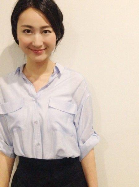 淡いブルーのシャツに黒いスカートをはいた小川彩佳のかわいい画像