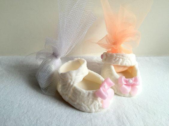 Fimo création : mini chaussure/bébé fille/baptême/table decor/parrain…