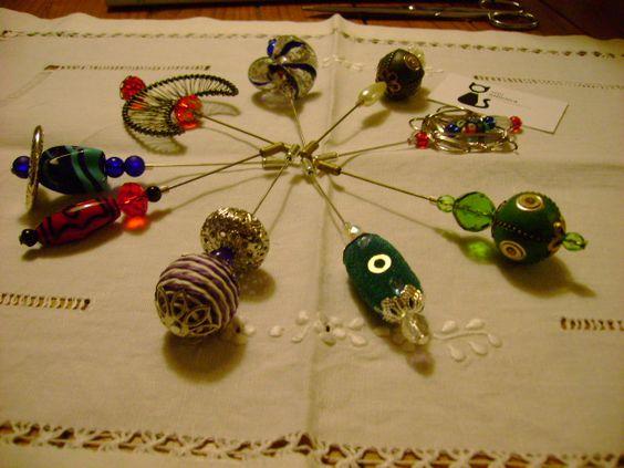 Vários alfinetes com peças de vidro e metal!