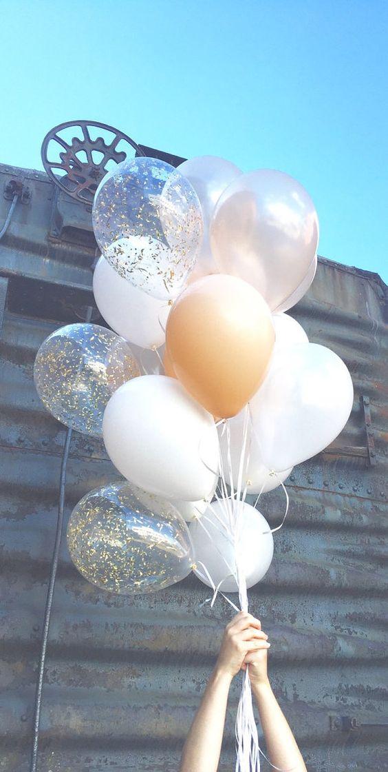 Die Crème De La Crème der Ballons - diesem Strauss ist reich mit perliges und Matt weiß, Aktfotos und ein Pop gold Glam.  Eine Mischung aus 18 klassische Größe 11 Inch Luftballons, einschließlich 3 gold Glam Konfetti Luftballons. Ballons Schiff entleert.  Herrlich für Hochzeiten, Fotografie, Partei Dekor und überall Sie möchten eine elegante Erklärung abzugeben.  Dieser Blumenstrauß Paare schön mit Crème De La Crème Konfetti…