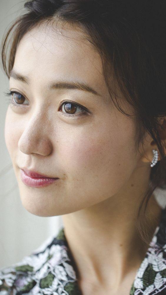 遠くを見つめる大島優子