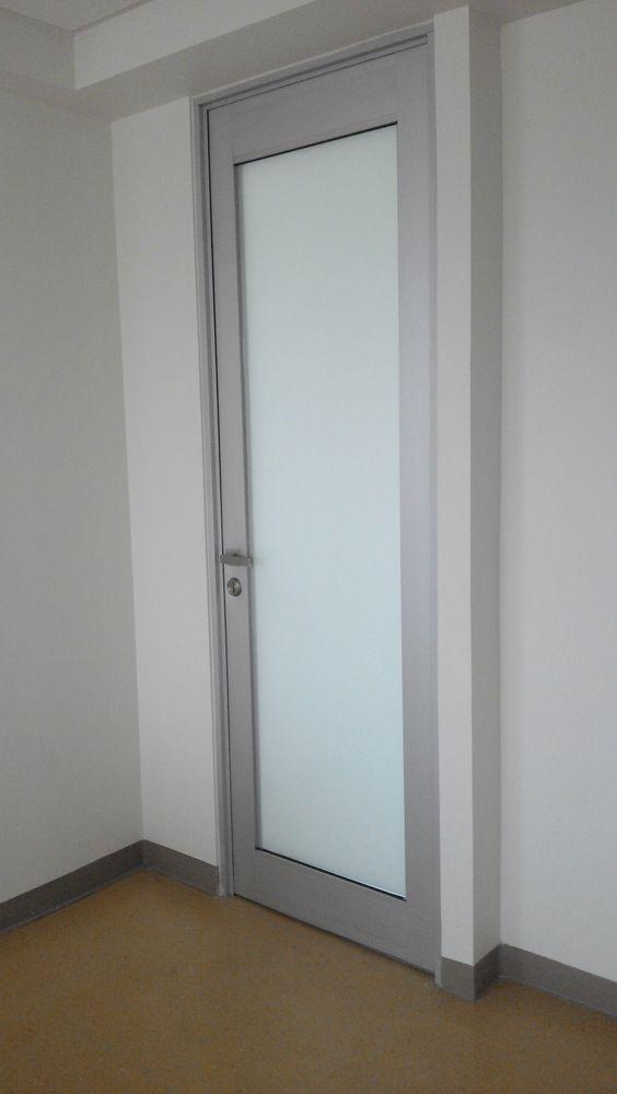 Puerta abatible con perfiles altos, chapa de seguridad y manijas ...