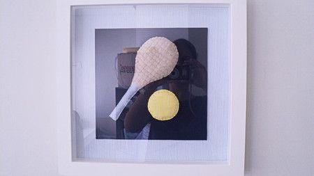 Quadro de raquete com bola de tênis