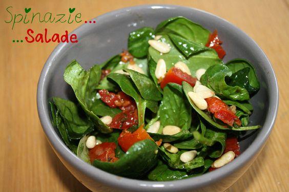 Spinazie salade met pijnboompitjes, geitenkaas en zongedroogde tomaatjes. Dressing van mosterd, olijfolie, zout en balsamico-azijn.
