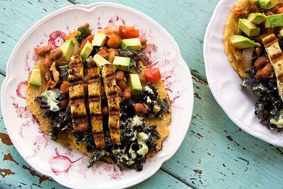 Curry-Tofu-Tacos mit Pinto-Bohnen und Grünkohlsalat
