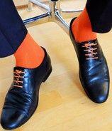 Runde, bunte, gewachste Schnürsenkel mit farblich abgestimmten Business Socken in Orange
