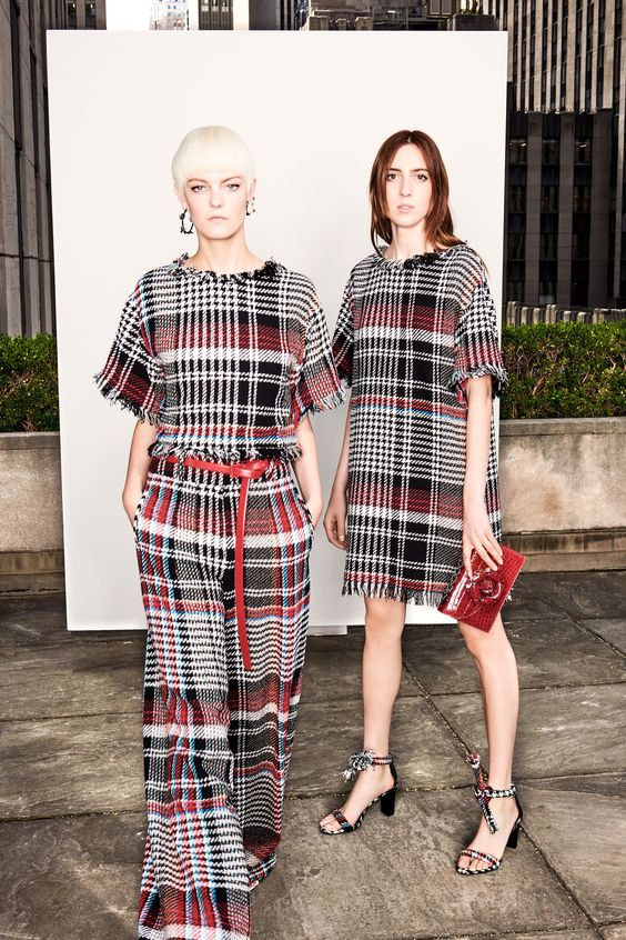 See the complete Oscar de la Renta Resort 2018 collection.
