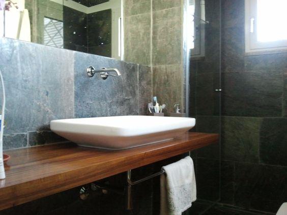 stanza da bagno & doccia rivestita in pietra con lastre di ...