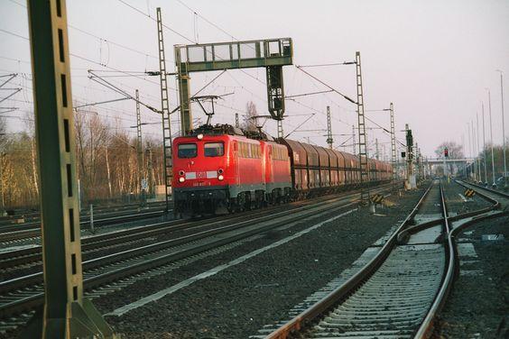 2003.03.21. 140-831+xxx mit Erzzug in Köln Porz