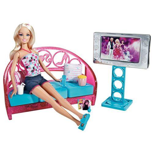 Acest set de mobilier pentru camera de zi este plin de surprize! Canapeaua se transforma miraculos intr-o veritabila zona de depozitare, pentru o distractie completa! Include papusa Barbie!