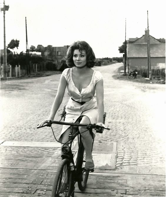 Irina Dimick do filme The Longest Day.  Ainda bem que ela deixou o elastano e o capacete em casa.