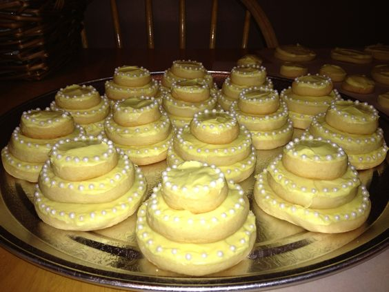 cool for showers....better with sheet cake!////wedding cake cookies