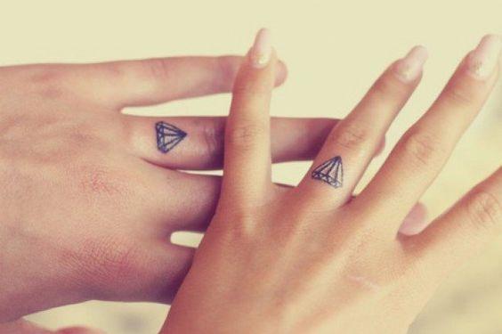 tatouage doigt pour amoureux - diamants sur les annulaires: