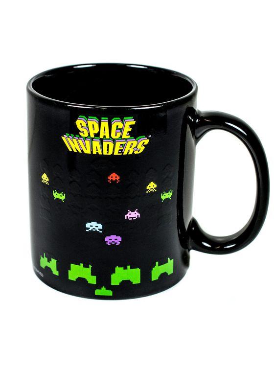 """Space Invaders Tasse mit Motiv-Wechsel schwarz-bunt 330ml. Aus der Kategorie Fanartikel Film, Fernsehen & Kult / Diverse Fanartikel Film, Fernsehen & Kult. Erinnern Sie sich noch an """"Space Invaders""""? Das Arcade-Game von 1978 hat nun schon einige Jahre auf dem Buckel, doch noch immer werden fleißig Raumschiffe der außerirdischen Invasoren vom Bildschirm geschossen! Aber Vorsicht: Wenn Sie ein warmes Getränk in die Tasse geben, erscheinen noch mehr Aliens auf der Kaffeetasse für Gaming-Fans!"""