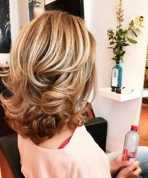 Spectacular Mid Length End Curls Hairstyles For Women To Get A Prominent Look Viral Hairstyle Medium Hair Styles Medium Layered Hair Medium Length Hair Styles