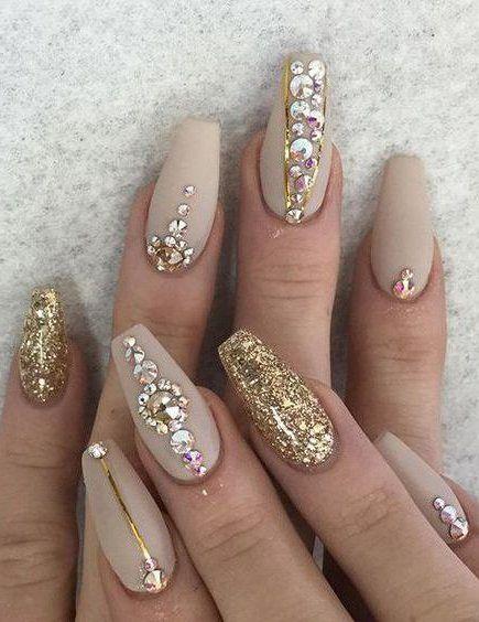 Como las mujeres somos amantes de la decoración de uñas, es que siempre nos encontramos en la búsqueda de nuevas opciones que nos ayuden a lucir mejor, o bien simplemente divertirnos un rato con amigas, desarrollando nuevas ideas, intrincadas y modernas. Por eso, una de las opciones que podemos tener …