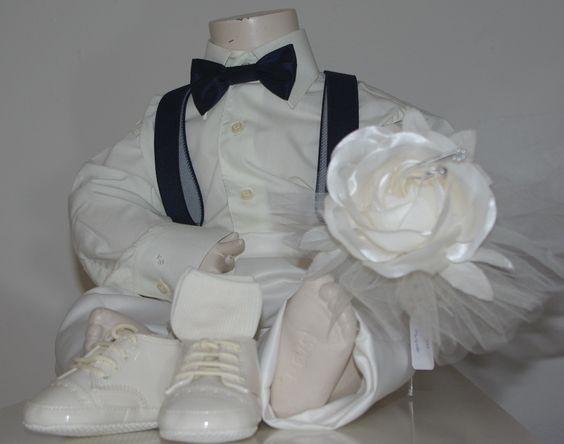 Mijn trouwe vriend (die elke dag op de kast zit, mooie kleding te showen) houdt nu ook de nieuwe ringendrager vast. Dat kan hij heel goed. De ringendrager is een roos waar de ringen aan vastgemaakt kunnen worden. bruidskindermode.nl. Trouwen, bruiloft, huwelijk, ringendrager, ringenkussentje, bruidskinderen, bruidsjonkers, bruidsmeisjes.