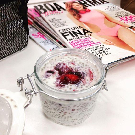 Aqui, na redação, a gente também coloca em prática as delicinhas fit. Olha só o overnight oats que a editora do online @deisecoelho fez: chia + leite de soja + morangos + geleia de frutas vermelhas diet.  #AtitudeBoaForma