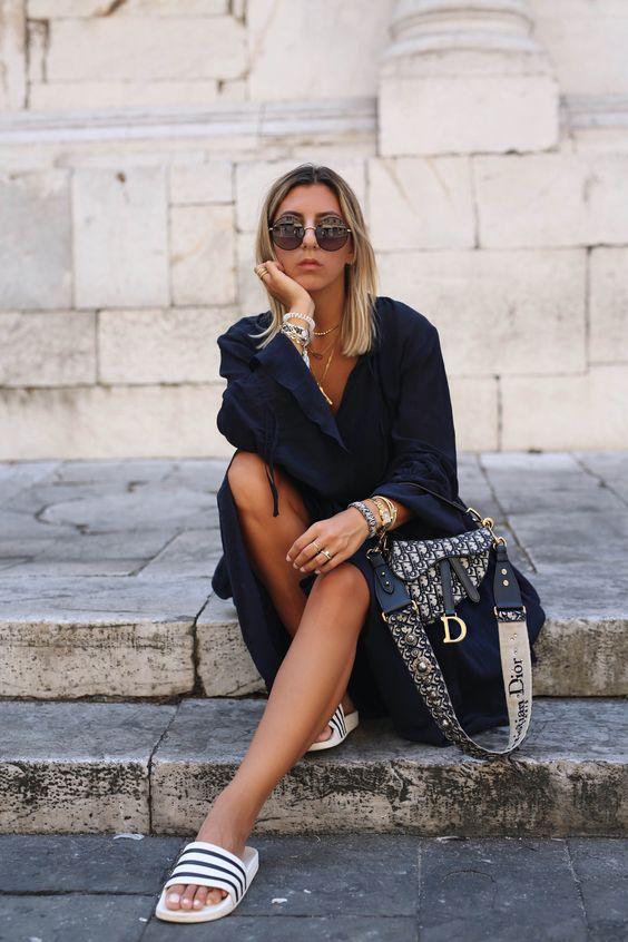 """Dazu kombiniere ich meine neue Lieblingstasche, die DIOR Saddle bag in der mini Variante. Die Saddle bag wurde nach 18 Jahren von der Chefdesignerin Maria Grazia Chiuri wieder neu interpretiert und gefällt mir in der """"mini"""" Größe besonders gut."""