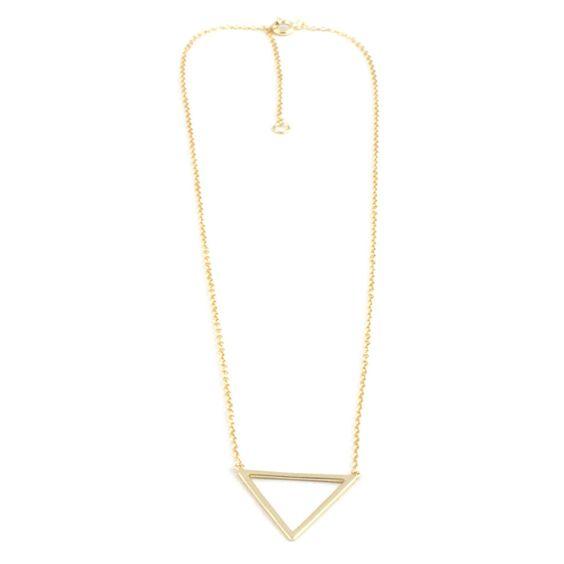 Gargantilla realizada con cadena de plata 925 chapada en oro. Silueta de triangulo de 2,5cm aprox. La cadena dispone de dos medidas de cierre: 40,5cm y 45,5 cm
