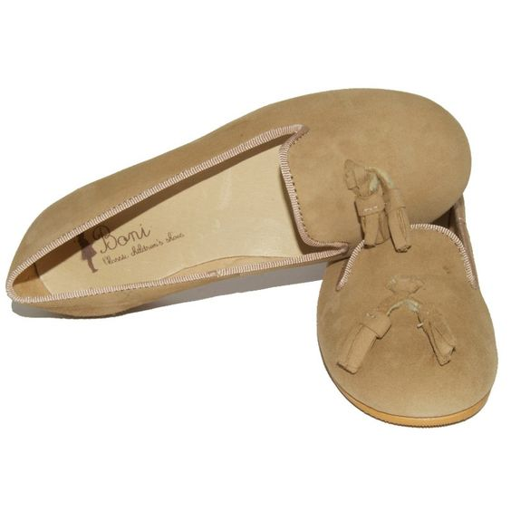 Very attractive and elegant classic English ballerinas. Upper material made of suede, adorned with pretty tassels. These shoes are comfortable and can be worn with jeans, a skirt or a dress. A classic choice for mom & daughter alike! Lined with soft leather. With a non-slip and flexible sole.