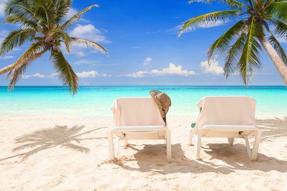 Cuando de elegir und estino para descansar se trata, probablemente esta sea la primer imagen que se nos venga a la cabeza: camastros, palmeras, mar y playa. ¿Quién necesita más? http://www.bestday.com.mx/Riviera-Nayarit/ReservaHoteles/