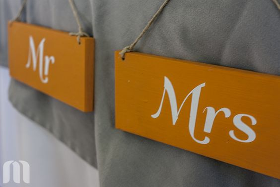 Color naranja vivo para ubicar a Sr. y a la Sra.   Bright orange signs for the new Mr  ideas#boda#señales#naranja ideas#wedding#signals#orange
