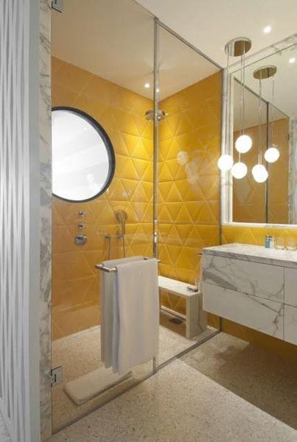 """Un baño bastante atípico, no siempre tienen que ser los baños blancos, azules o negros, aquí tenéis este con baldosas triangulares en amarillo, encimera en mármol """"Bianco Statuario"""" y p…"""