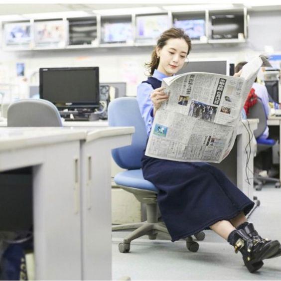 新聞を読む古谷有美