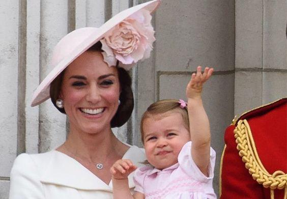 So süß! #PrinzessinCharlotte feiert Balkon-Premiere #HerzoginKate #KateMiddleton #Royals #TroopingTheColour
