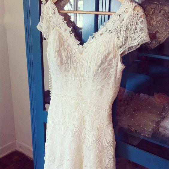 Lindo vestido de noiva off white no estilo boho chic, modelo Adele. <br>Pode ser usado em um casamento boêmio. <br>Vestido feito com renda off white, renda guipure e renda Venesa.